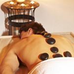 hombre recibiendo masaje relajante en la espalda con piedras