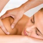 mujer recibiendo masaje en el hombro