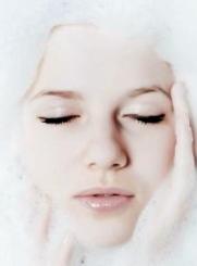 rostro de mujer entre espuma